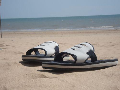 """Claquettes de """"ma femme"""" sur sable"""